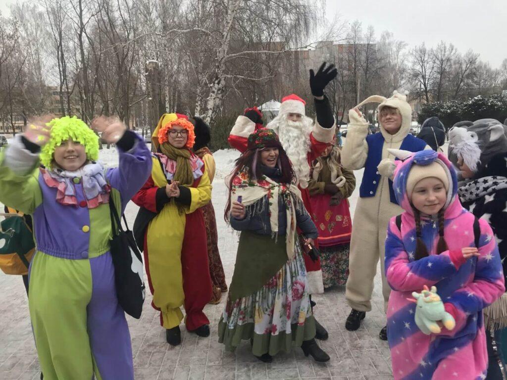 Шествие Деда Мороза со свитой по улицам города